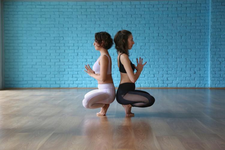 Naghmeh Moradi ve Tugba Moripek ile Yoga Pratiginde Kalcalar Tuğba Mor