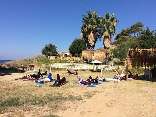 Asiye Sunar ve Meltem Sırtı ile Deniz Kenarında Ücretsiz Yoga, Pilates, 5 Çayı Buluşması